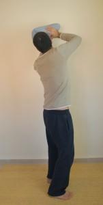 בתמונה: כאשר מחזיקים דבר מה ומרחיקים אותו מהגוף, חשוב לאחוז באדמה עם כף הרגל, לשחרר את האגן, לשמור על גוף מאוזן, ולהשתמש בסיבוב של המפרקים בצורה אידיאלית.