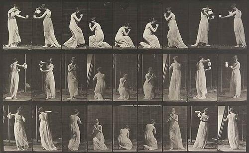 בתמונה: צילום ממספר כיוונים של אישה המבצעת פעולה יומיומית. הגוף נע במספר כיוונים, מישורים ורמות גובה.